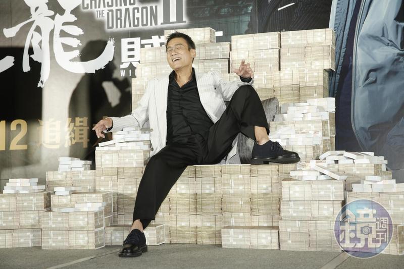坐在片商特別打造的鈔票寶座上,梁家輝演得很開心。