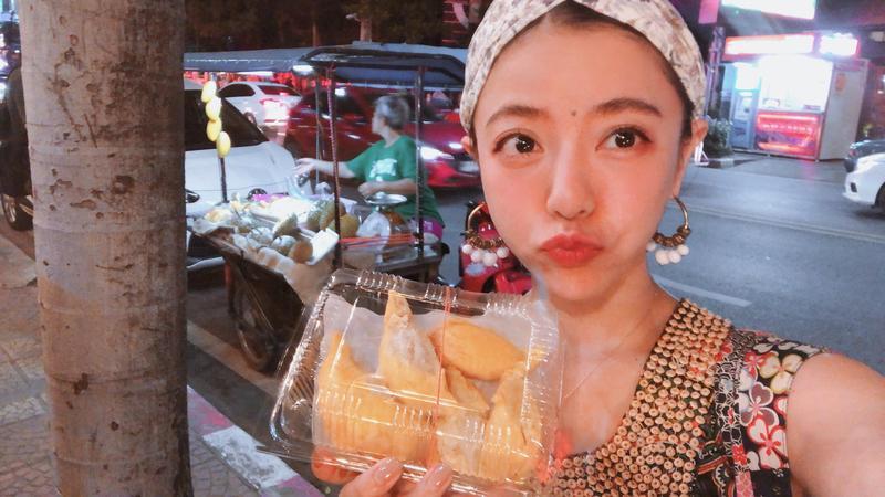 愛吃榴槤的丁噹,一到泰國就猛吃,導致額頭冒痘。(相信音樂提供)