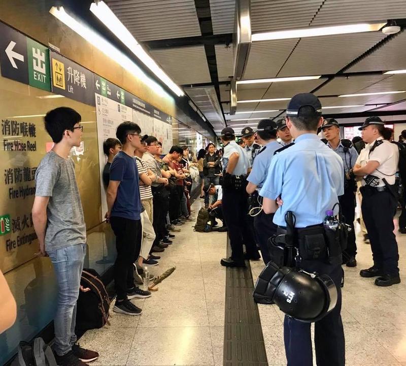 香港地鐵金鐘站市民遭警察要求靠牆、進行搜包。(翻攝自議員毛孟靜臉書)