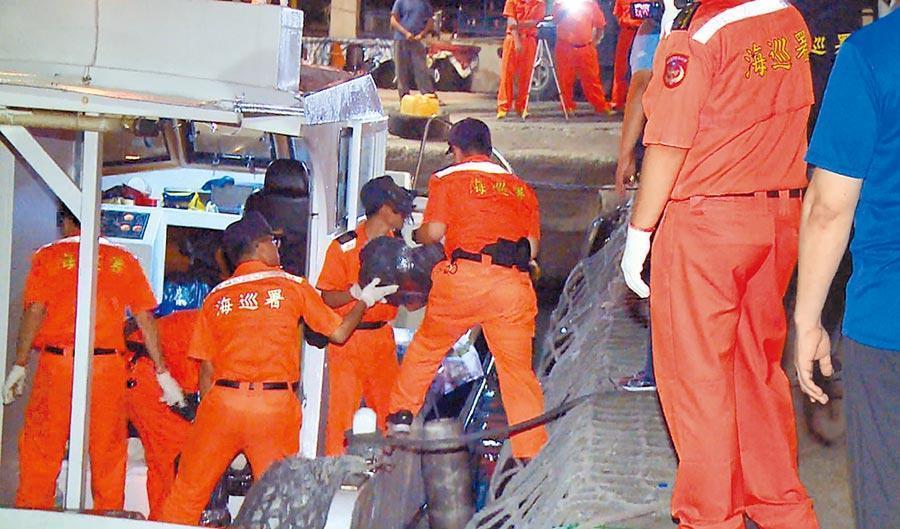 海巡署上月查獲海釣船走私899公斤安毒,竟有警務人員涉案。(翻攝畫面)