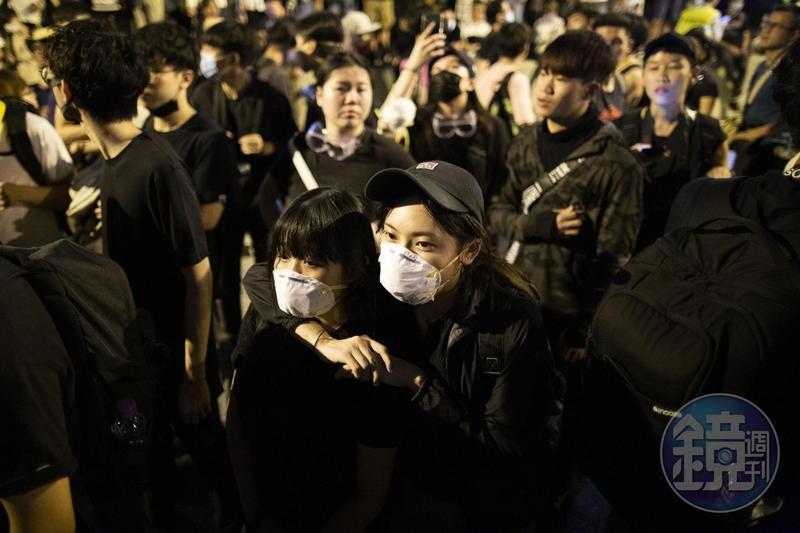 示威者凌晨包圍香港立法會,阻擋《逃犯條例》進行二讀。