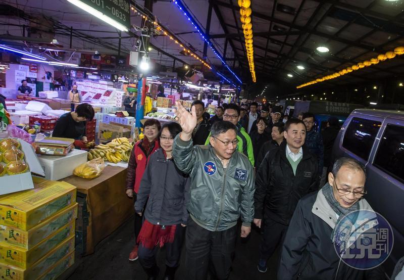 韓國瑜時任北農總經理期間,遭質疑濫發獎金涉犯背信罪,北檢偵辦此案拖2年未結,柯文哲大酸北檢「反應比恐龍還慢」。(資料照,圖為柯文哲去年視察果菜市場)