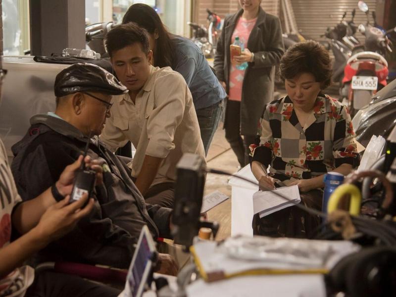 藍心湄(右)演台語劇《苦力》,跟導演李岳峰(左)邊討論劇本邊做筆記。(公視提供)