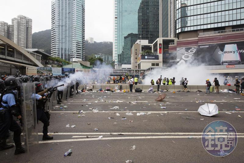 港警下午開始動用催淚彈逼退包圍立法會的示威者,凸顯港府立場強硬,不為所動。