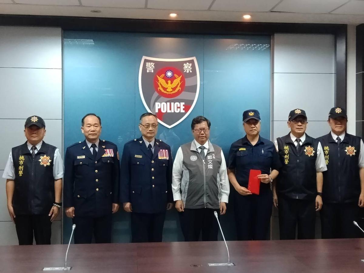 警政署長陳家欽(左3)到桃園嘉勉有功人員,並與桃園市長鄭文燦合影。(翻攝畫面)