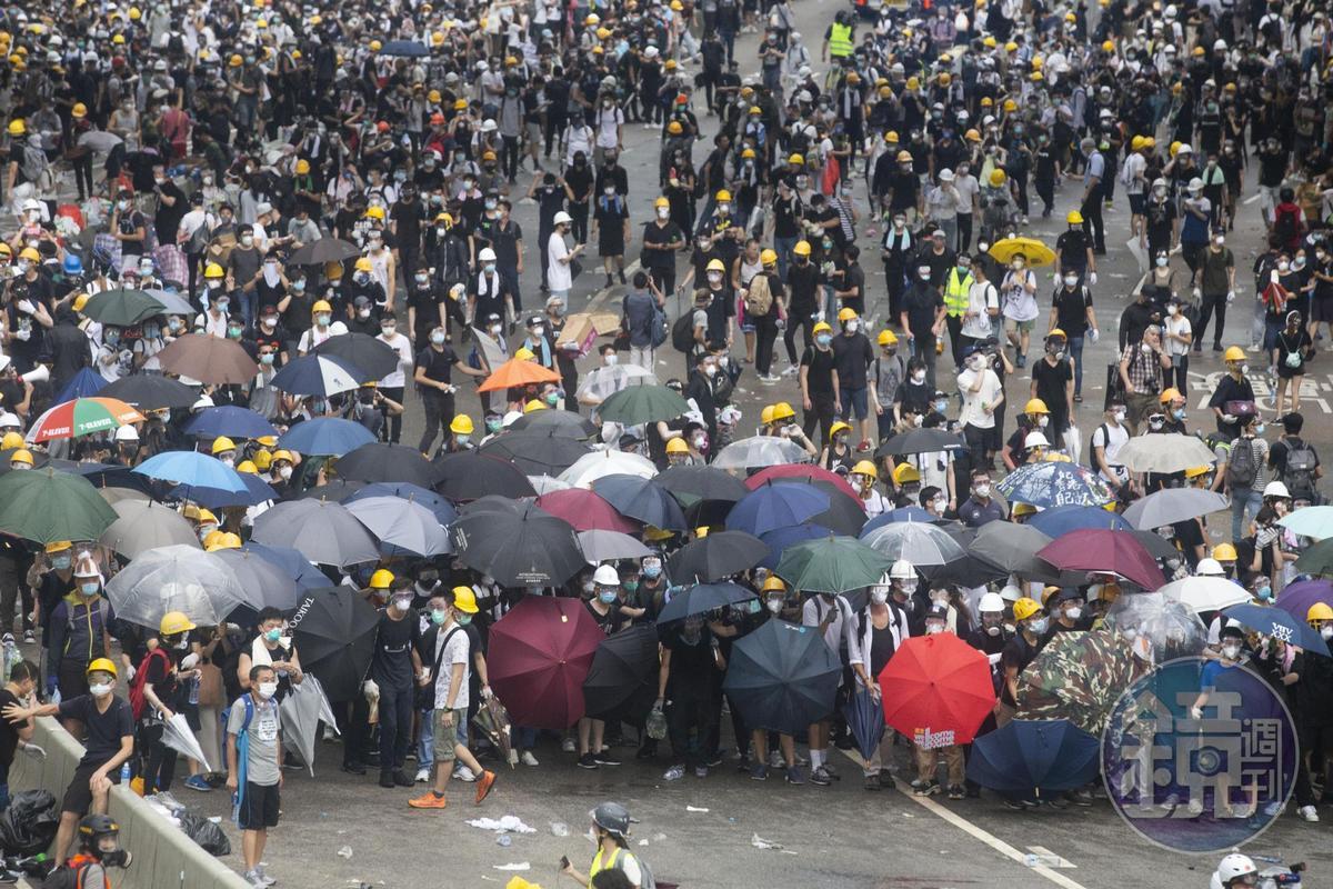 香港昨(12日)「反送中」爆發警民衝突,香港警方對記者、民眾開槍射擊,導致許多人流血受傷。