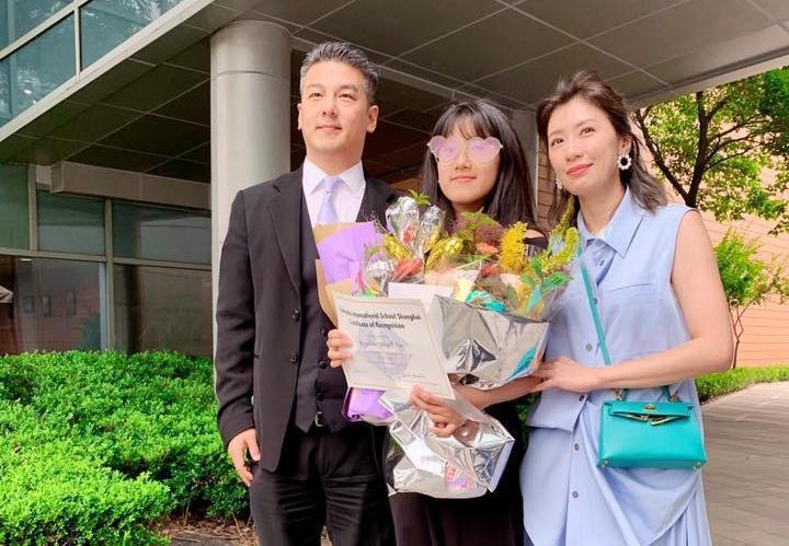 昨天(12日)是梧桐妹畢業典禮,賈靜雯和孫志浩久別多年同框。(翻攝自賈靜雯臉書)