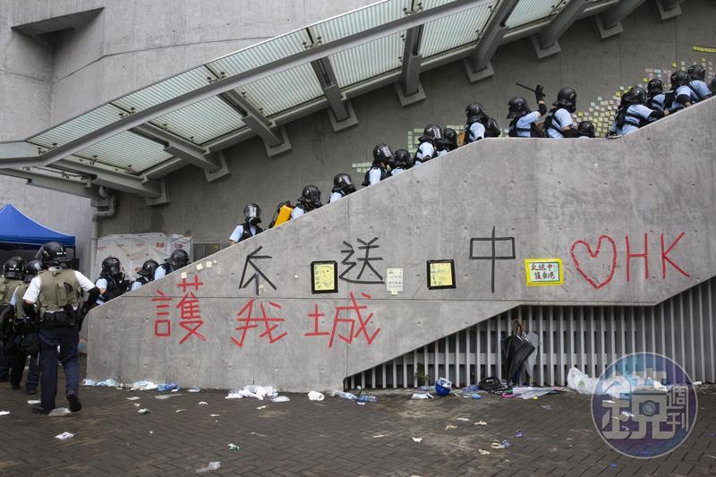 對香港人民進行攻擊的不只現場的警察,還有駭客。