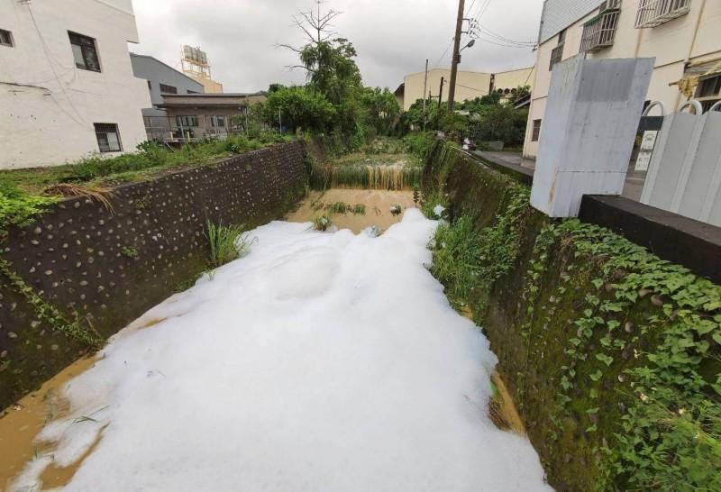 彰化大樹坑排水大雨過後變成泡泡河。(彰化縣政府提供)