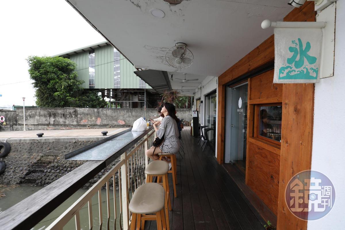 「朝日夫婦」戶外座位可欣賞淡水美景。