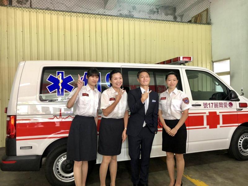 知名演員謝祖武化身公益代言人,代表愛爾麗集團捐贈救護車給宜蘭縣政府。(宜蘭縣政府提供)