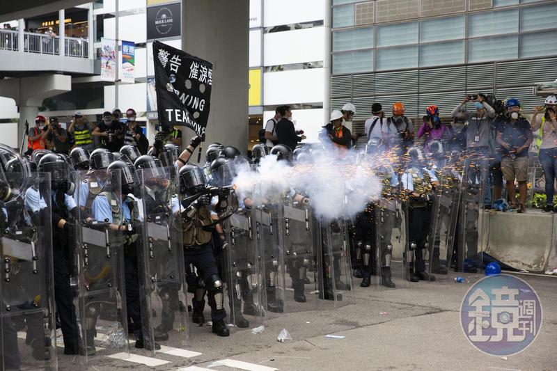 反港府修訂《逃犯條例》示威演變為警民衝突,警方使用催淚彈、布袋彈等武器驅離示威者。