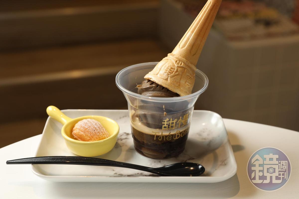「打翻甜筒」是將小山園烘茶霜淇淋,倒置於濃縮咖啡裡。(230元/份)