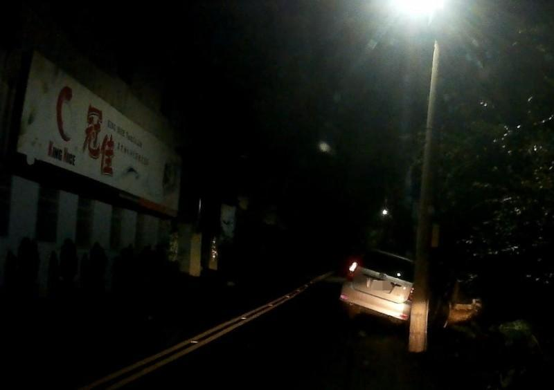 潘男剛考取駕照,夜間開車到豐原區東陽路,迴轉時未注意,車子卡進山溝。(翻攝畫面)