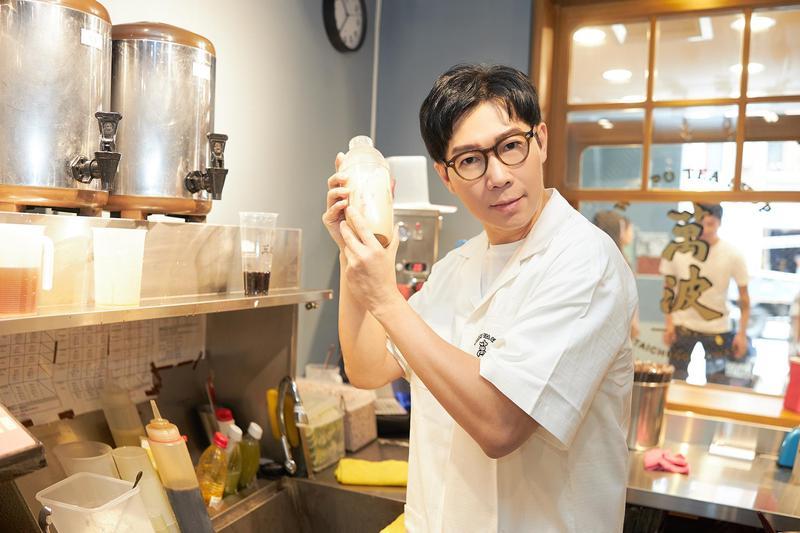 品冠為了宣傳新歌〈珍珠奶茶〉,特地抽空到茶飲店打工。(海蝶提供)
