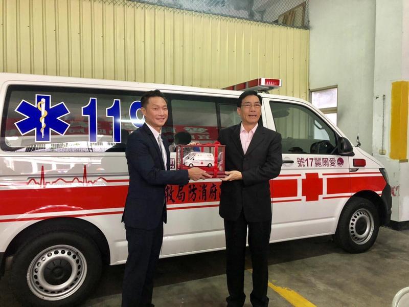 醫美集團宣傳大使謝祖武代表集團出席捐贈救護車。(翻攝畫面)