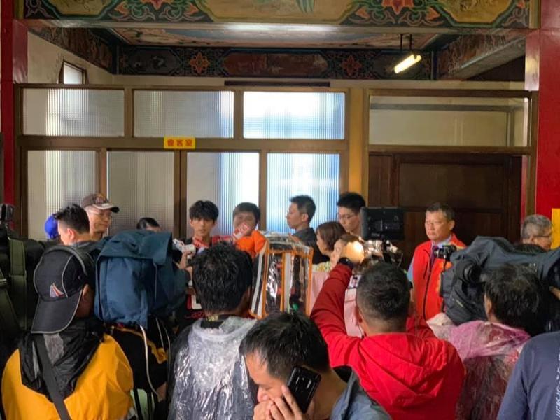 台中烏日建興宮張姓主委(右側身穿紅色背心者)記者會當時就站在胡瓜旁邊,只是被記者稍為區隔開來。(翻攝自台中烏日建興宮開漳聖王臉書)
