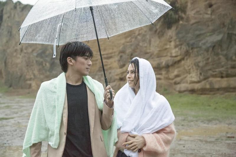 李幸倪與林哲熹拍到全身都濕了。(環球唱片提供)