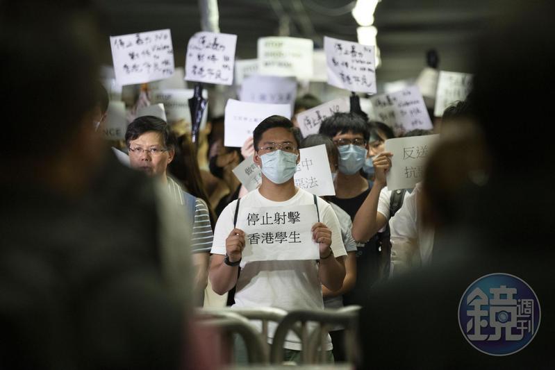 6月12日早上,學生與市民在中信橋上持標語呼籲警方停止暴力。