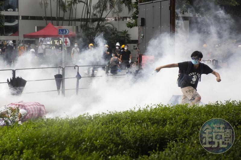 6月12日下午,添美道上瀰漫著催淚瓦斯,民眾快速向夏慤道撤離。