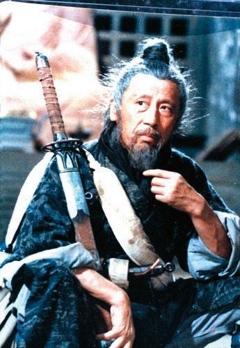 管管在王童電影《策馬入林》演山賊,形象神似三船敏郎。(翻攝網路)