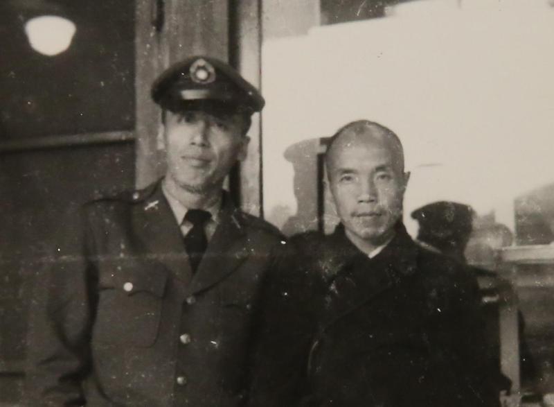 管管軍旅生涯,得空便會到台北武昌街明星咖啡館騎樓找周夢蝶聊天。(管管提供)