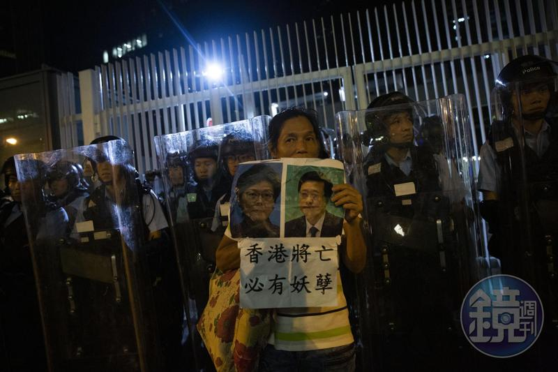 香港反送中抗議時,有示威者高舉香港特首林鄭月娥(海報左)與香港特區政府保安局局長李家超(海報右)的照片,表達不滿。