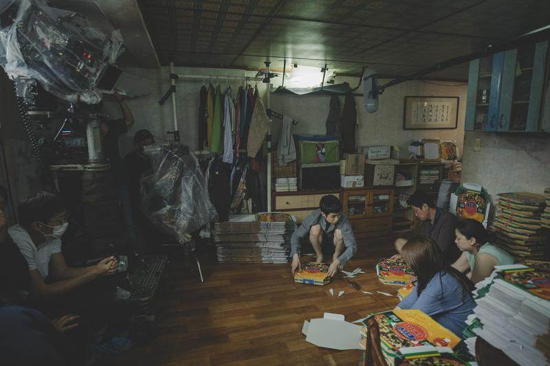 《寄生上流》美術組打造的半地下室堆滿了雜物和陳舊的家具,陰暗的空間似乎空氣都飄著霉味。(CatchPlay提供)