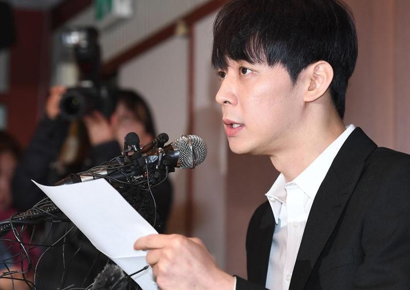 朴有天於4月開記者會否認吸毒,未料之後驗毒被打臉,今天受審讀悔過書忍不住落淚。(翻攝自Naver)