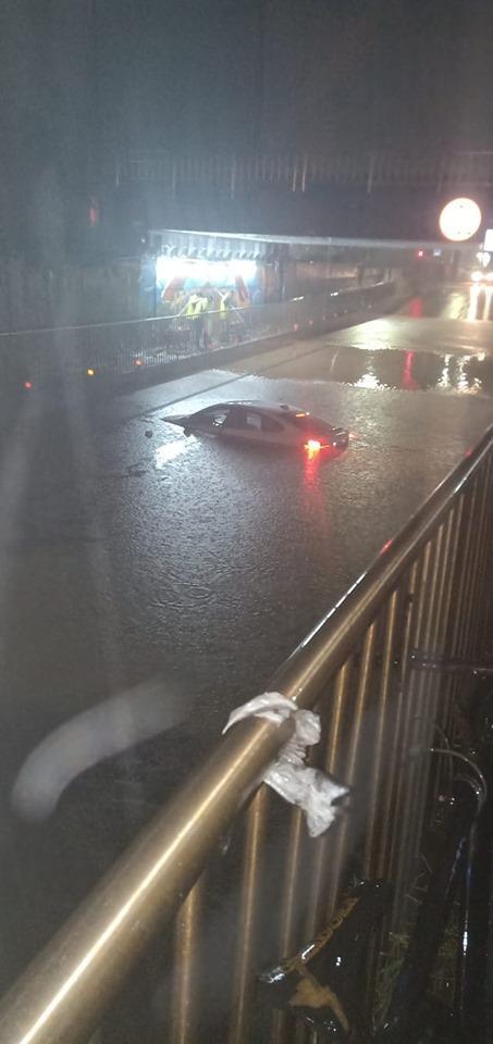 鍾男駕駛200餘萬的BMW直闖高約120公分高的積水處,造成2男女受困。(翻攝畫面)