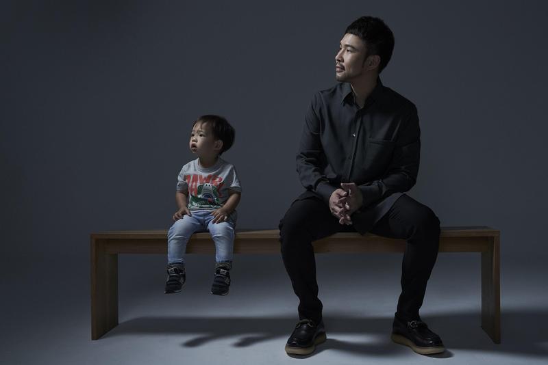 睽違5年回歸歌壇之作《你想成為什麼樣的人》將在6/20全亞洲發行,還找來兒子一同入鏡。(上行娛樂提供)