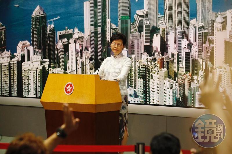 特首林鄭月娥宣布暫緩修訂,承認溝通不足。