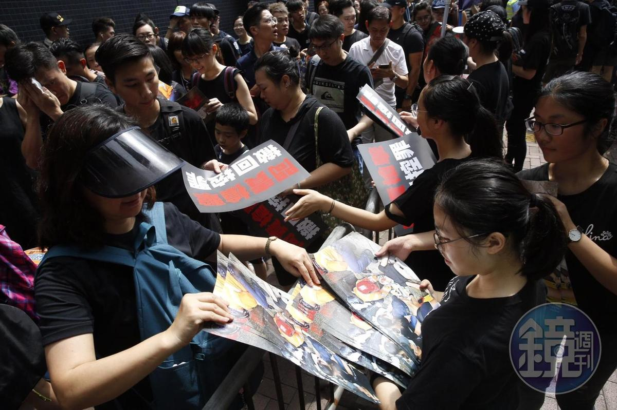 香港特首林鄭月娥昨(15日)宣布暫緩修訂《逃犯條例》修訂,但港人今(16日)身穿黑衣、戴上白絲帶繼續上街遊行怒吼要求,林鄭月娥下台。