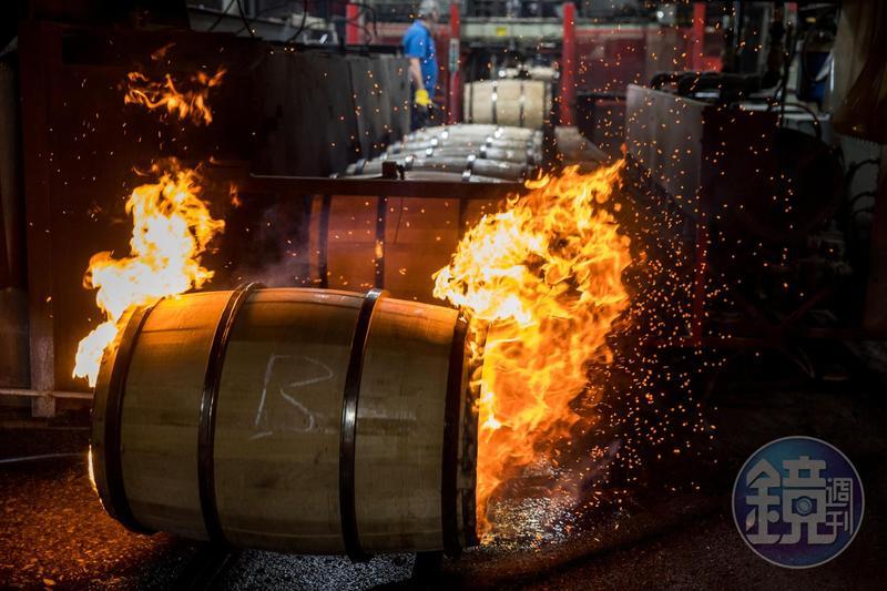 波本威士忌須使用經過火烤的全新美國橡木桶來陳年。