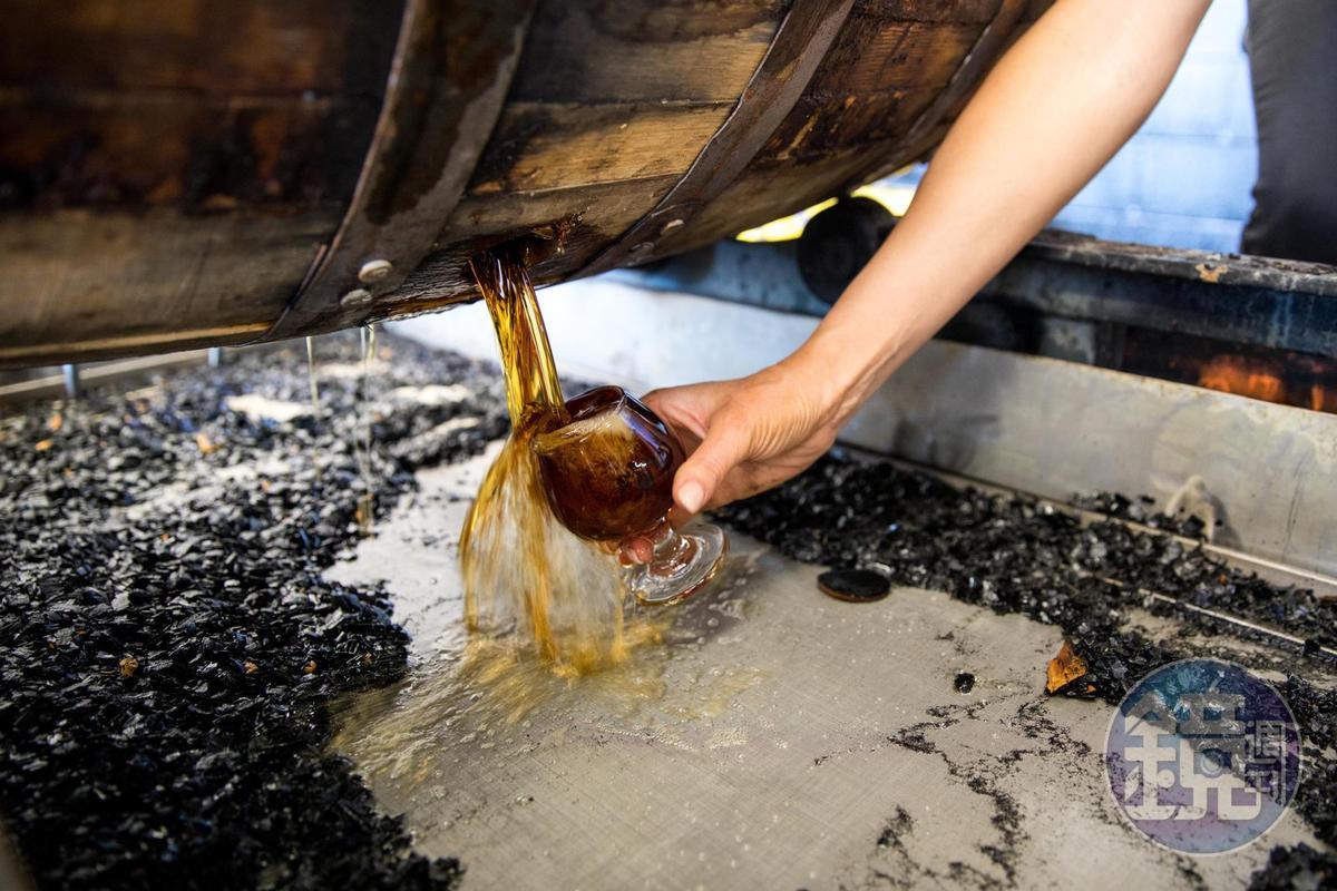 從桶裡流出的酒液可見木桶炭化的程度。