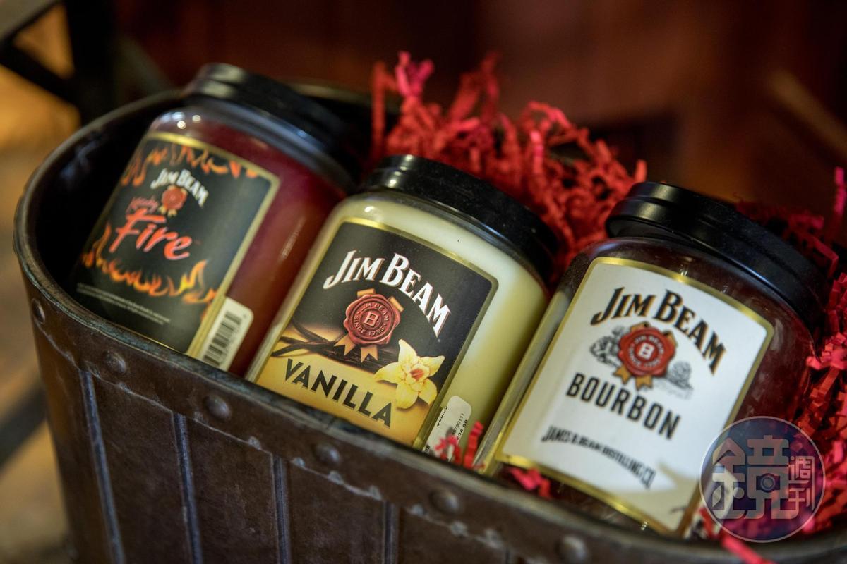 在廠區的購物中心可買到金賓威士忌風味的香氛蠟燭。