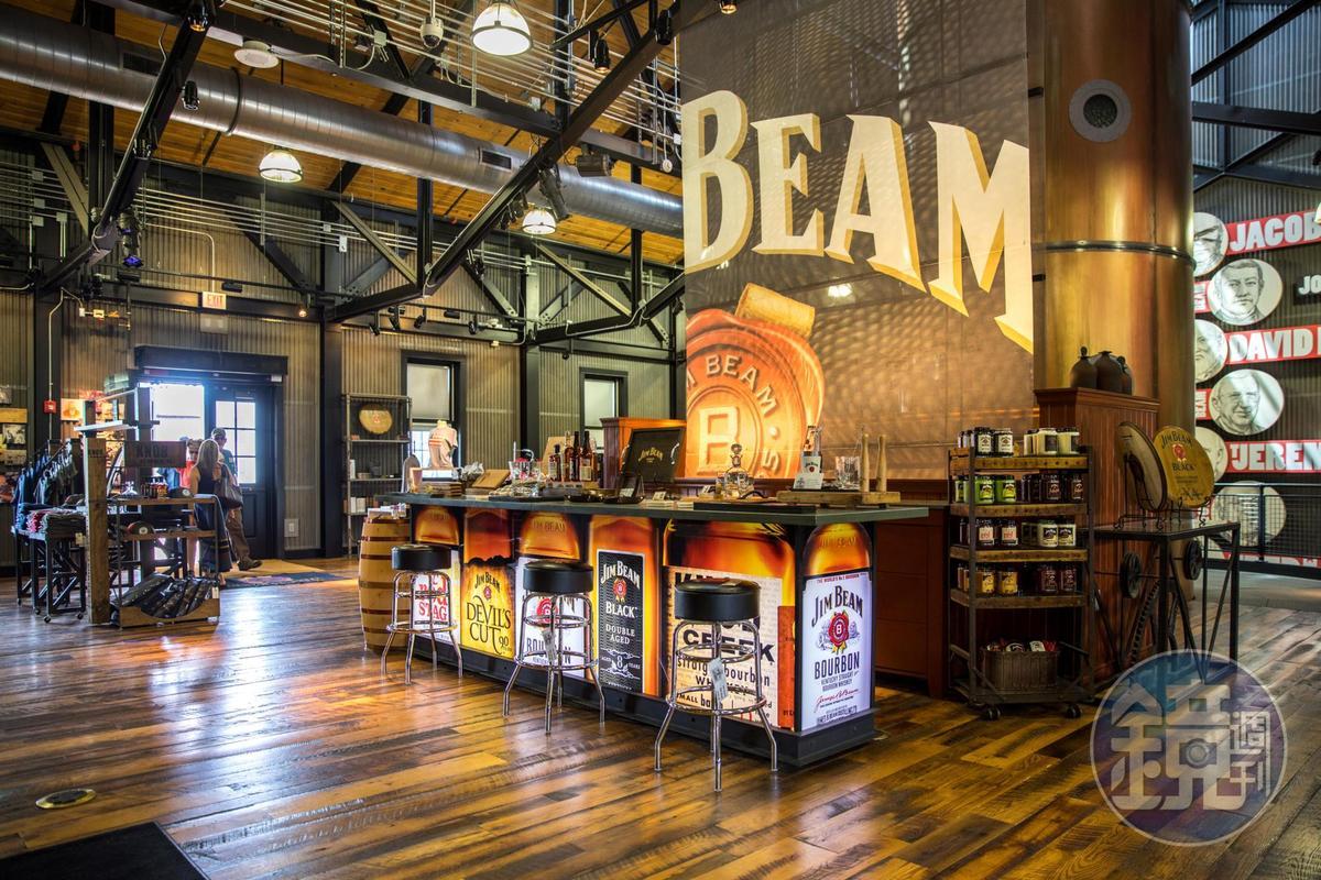 金賓酒廠購物中心的商品五花八門,也有小型試飲吧台。