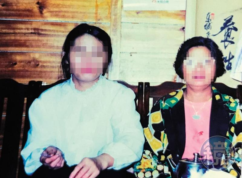 張女(左)年輕時與母親(右)合照,如今母親卻遭控將女兒害至重殘。(讀者提供)