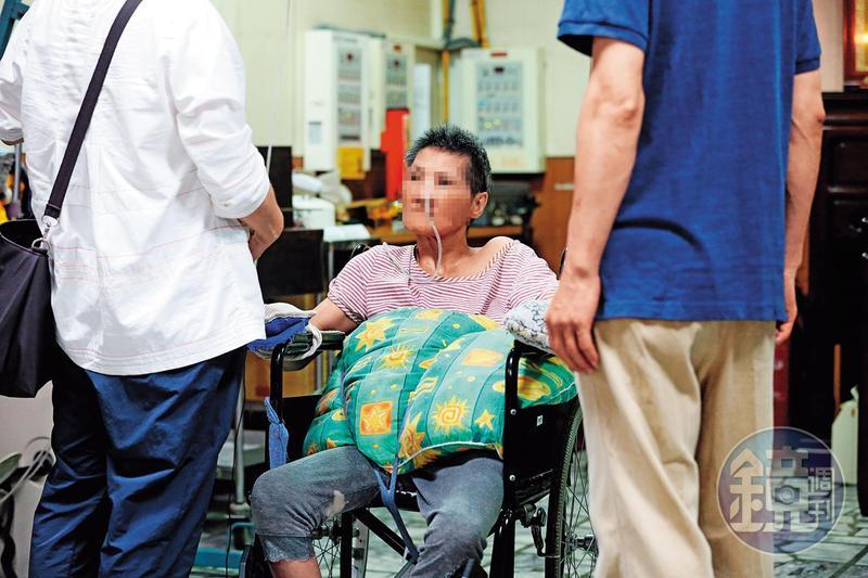 四肢捲曲癱瘓的張女,由家屬陪同,控訴母親和醫院餵服強效精神藥物謀財。
