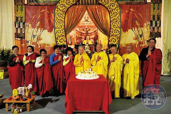 張女(左2)是虔誠佛教徒,身體健康時曾在寺廟擔任志工。(讀者提供)