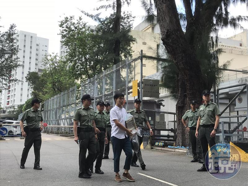 黃之鋒被以藐視法庭罪遭判刑2個月,今日上午10點他步出荔枝角收押所出獄。
