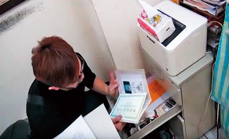 刑警前往靈骨塔詐騙集團大本營搜索,查扣大批帳冊。(翻攝畫面)