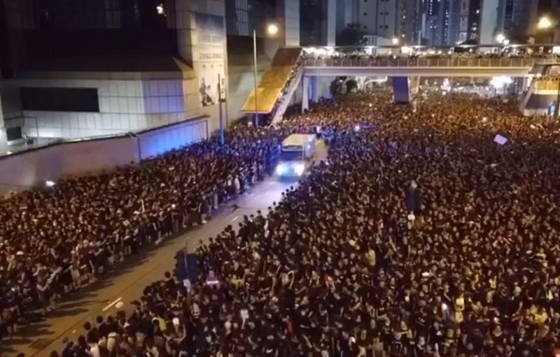 網路上流出香港616反送中大遊行影片,當有救護車經過時,遊行人士井然有序地讓出道路讓救護車通行,宛如現代版「摩西分黑海」。(翻攝自YouTube)