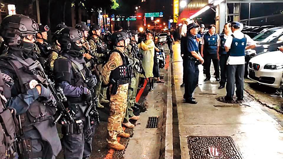 林嫌2人火力強大,警方派出除暴特勤隊、維安特勤隊到現場支援。(翻攝畫面)
