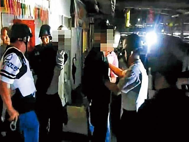 經近5小時談判,警方在無人員傷亡的情況下,成功讓林嫌2人棄械投降。(翻攝畫面)