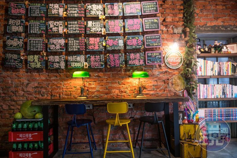 整面牆上貼了各種不同水果及茶葉調出的飲料菜單。