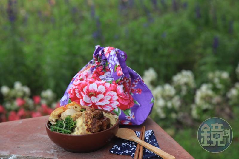 「豐收飯」包著美麗的客家花布,還有筷套組及豐收碗,相當超值。(體驗價380元/人)