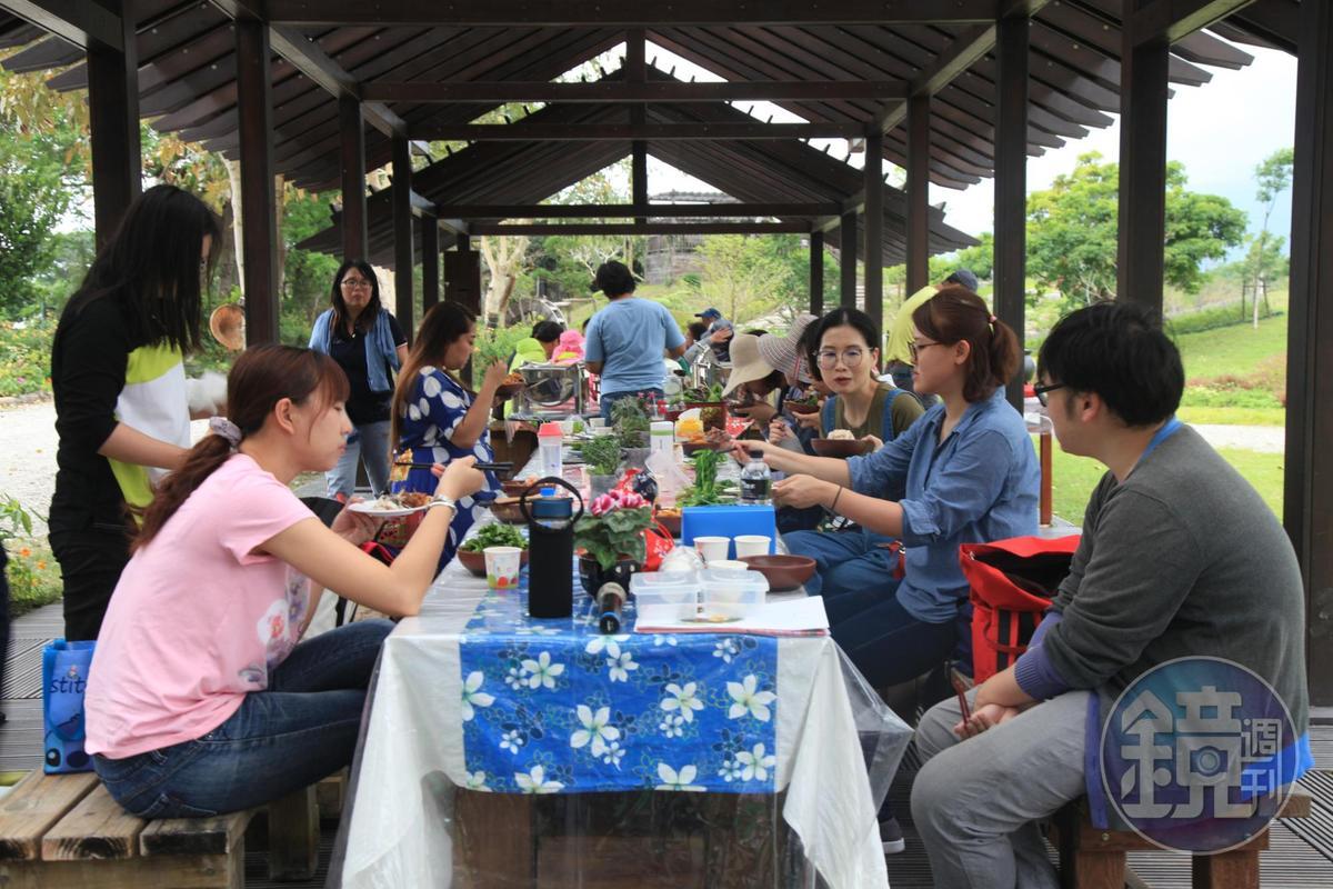 大夥圍在一起體驗早期農民餐點的滋味。