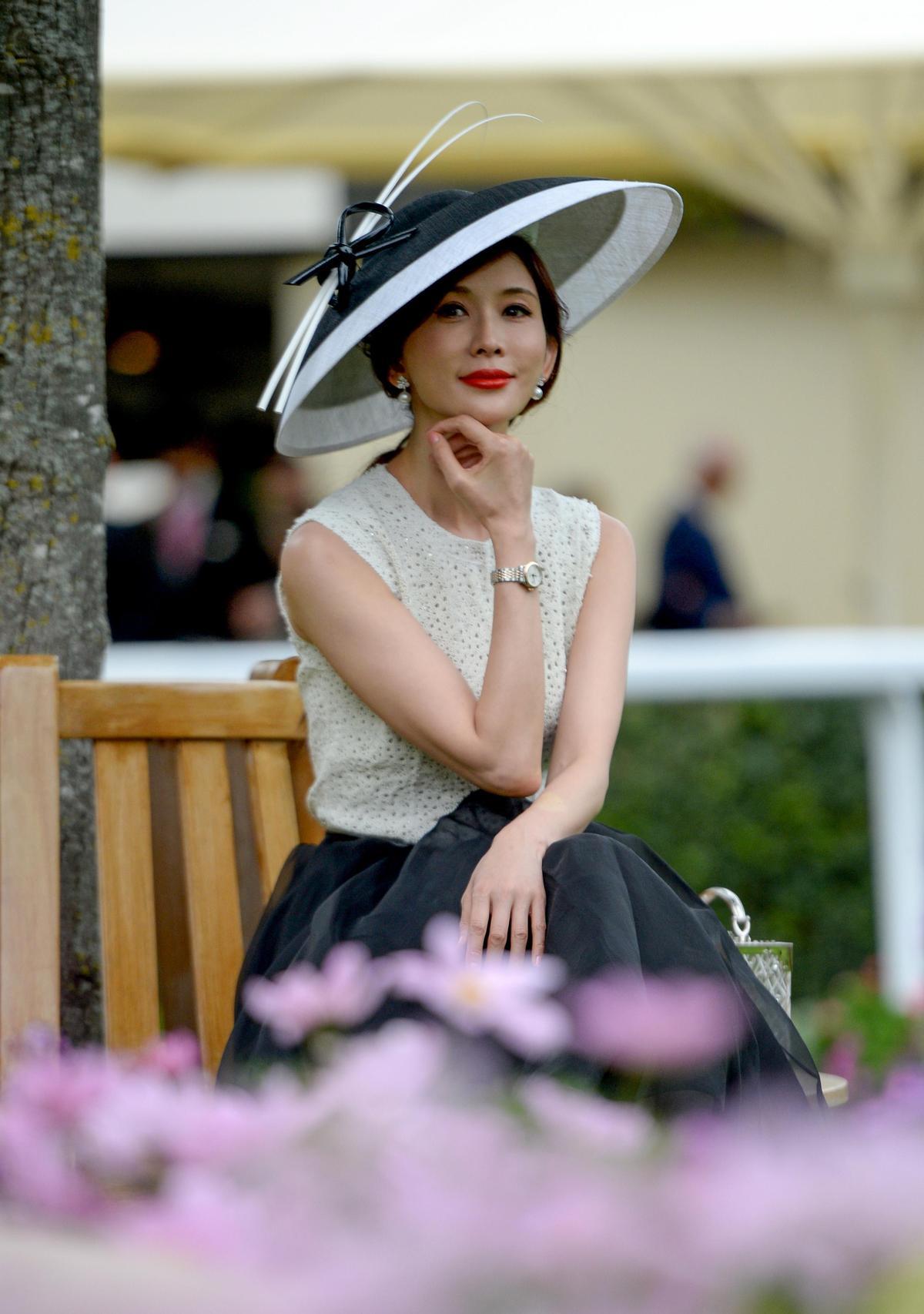 林志玲配戴浪琴表出席英國皇家賽馬會活動,顯得氣色極佳。(浪琴表提供)