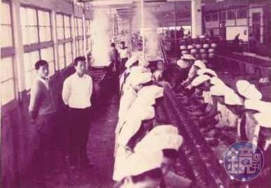 早年現場作業員多是年輕女工,全盛時期女工人數多達400人。(東和食品提供)